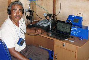 Pastor Marcus con su nueva emisora Cornerstone en su estudio en Indonesia